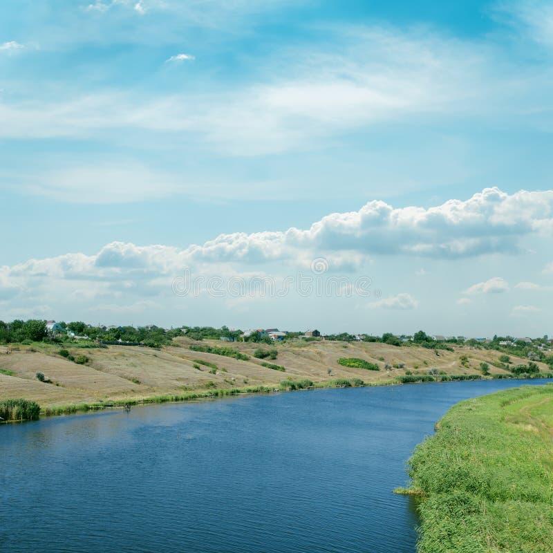 Chmurny niebo nad rzeką zdjęcie stock