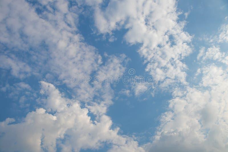 Chmurny niebo w dniu obraz royalty free