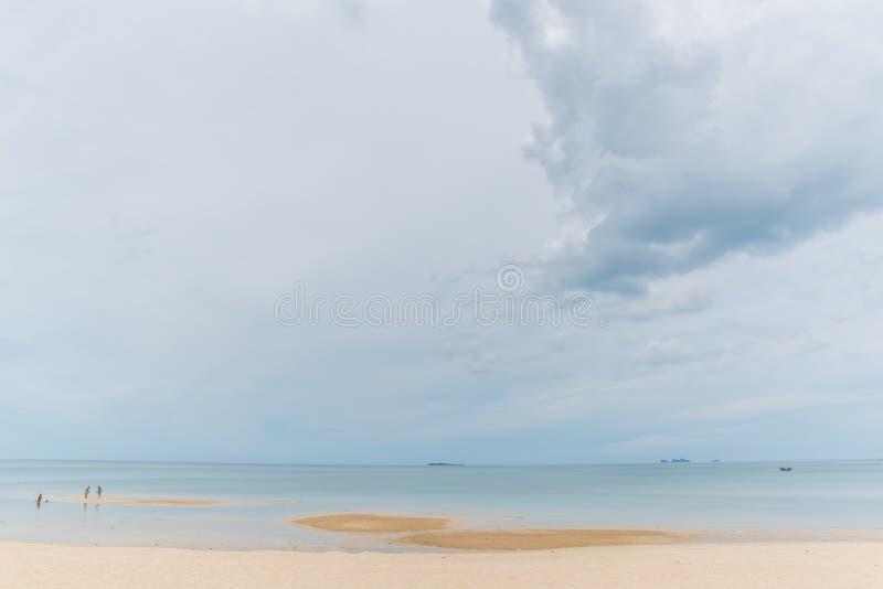 Chmurny niebo z morzem i piaskiem obrazy royalty free