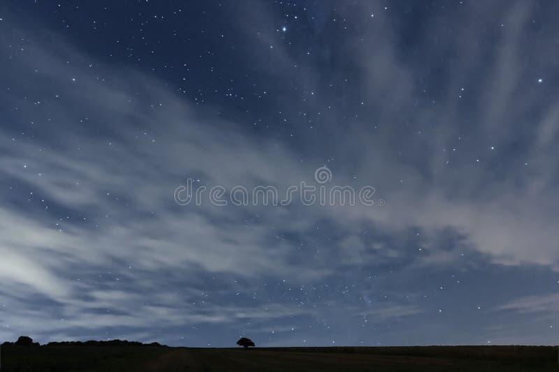 Chmurny nocne niebo z gwiazdami Nocy tło pozyskiwania ilustracyjny błyskawica nocne niebo obraz stock