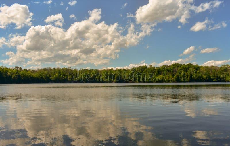 Chmurny odbicie Przy Łup jeziorem zdjęcie stock