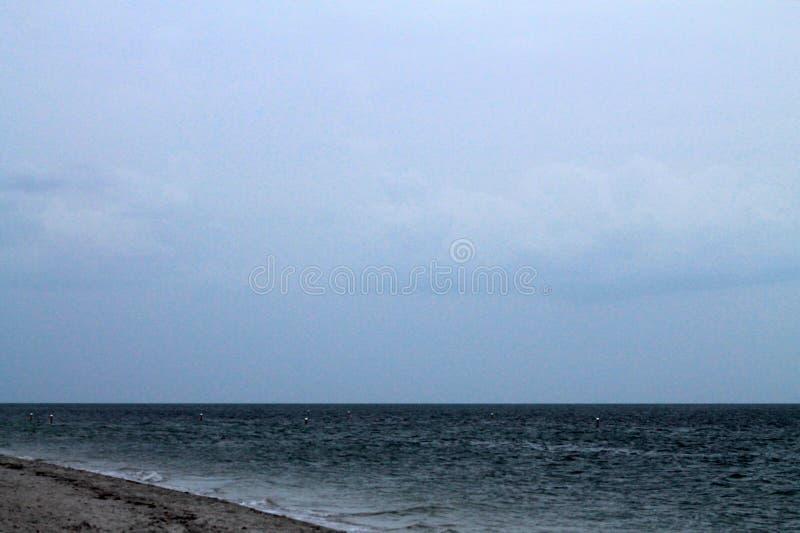 Chmurny popołudnie przy plażą fotografia stock