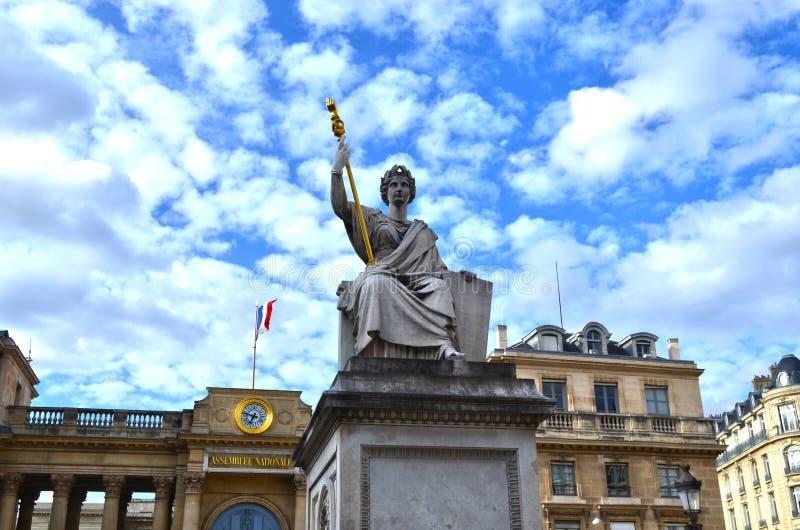 Chmurny potężny Paryjski niebo i architektura obrazy royalty free