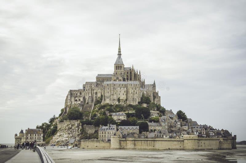 Chmurny wieczór w Mont saint michel obrazy royalty free