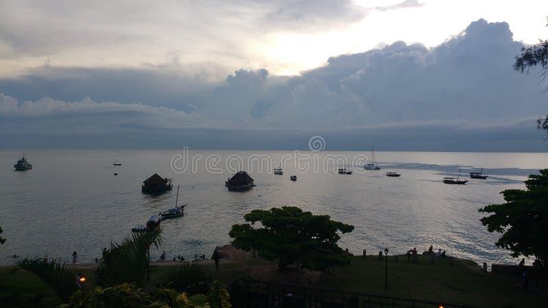 Chmurny zmierzchu widok przegapia zatoki w kamiennym miasteczku w Zanzibar obraz royalty free