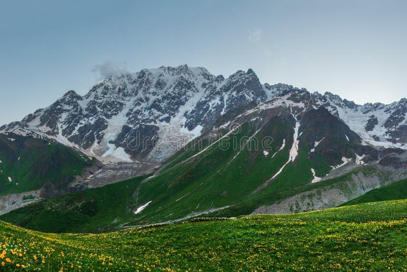 chmury caucasus kszta?tuj? obszar g?r g?rskich shurovky ushba nieba Skalisty pasmo górskie w Svaneti regionie Gruzja obrazy royalty free