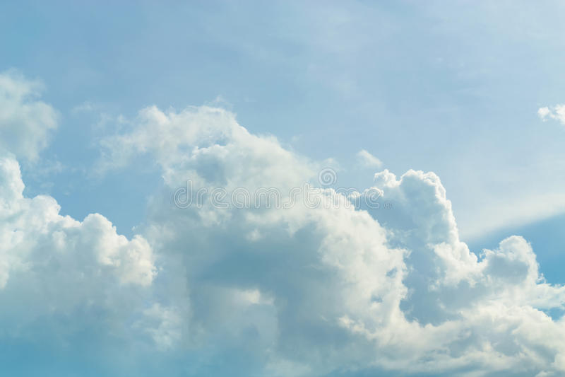Chmury dzielą w warstwy w wieczór z światłem zdjęcie stock