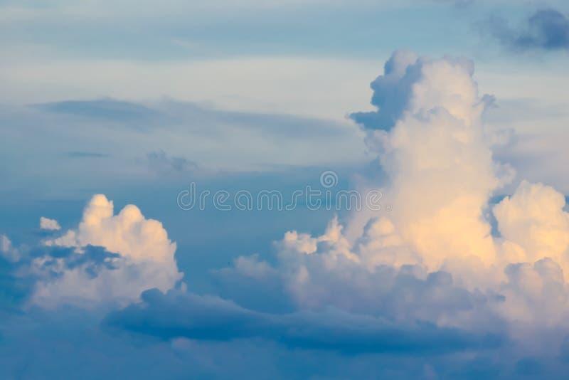 Chmury dzielą w warstwy w wieczór z światłem obraz stock