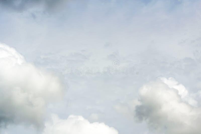 Chmury dzielą w warstwy w wieczór z światłem obraz royalty free