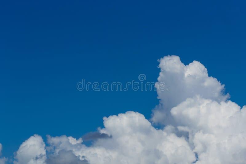 Chmury dzielą w warstwy w wieczór z światłem zdjęcia royalty free