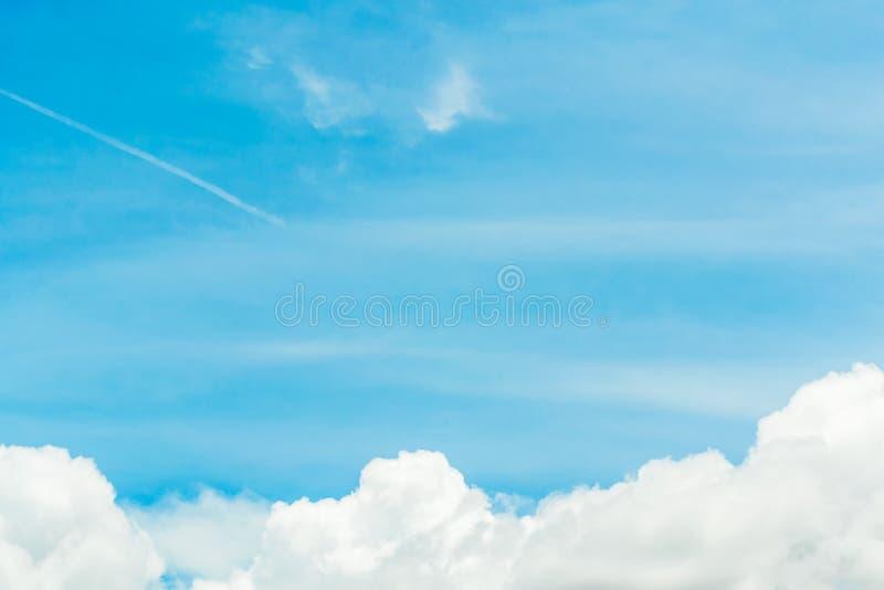Chmury dzielą w warstwy w wieczór z światłem fotografia royalty free