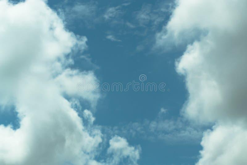 Chmury dzielą w warstwy w wieczór z światłem fotografia stock