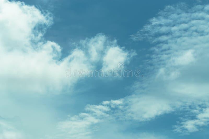 Chmury dzielą w warstwy w wieczór z światłem obrazy stock