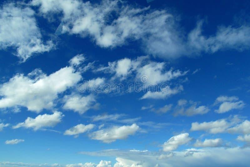 chmury głębokiego niebieskie niebo zdjęcie stock