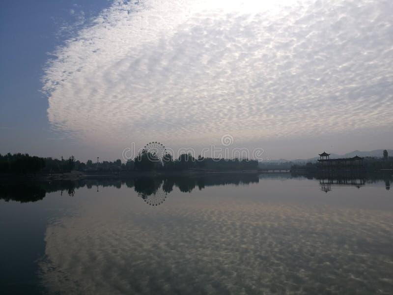 Chmury i inwertowany cień fotografia stock