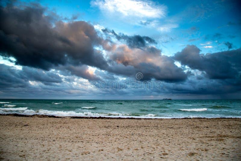 Chmury I morze obrazy stock