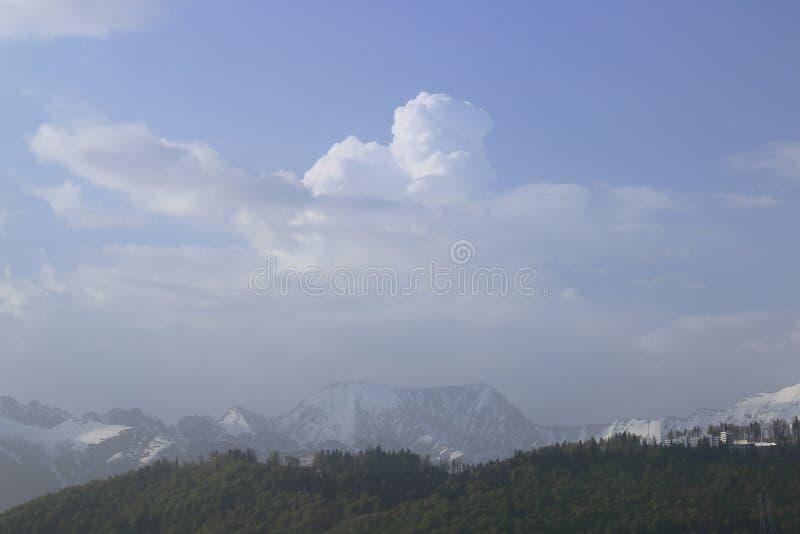 Chmury i nakrywający szczyty Kaukaz góry fotografia royalty free