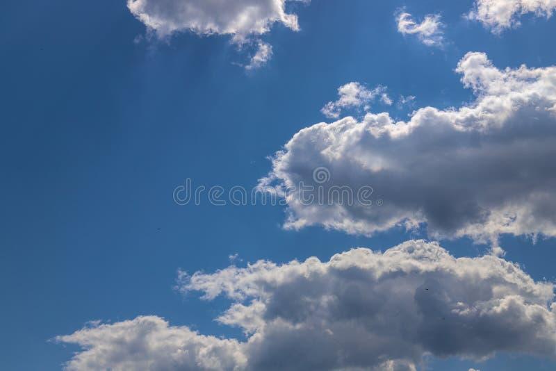 Chmury i niebieskie niebo chmurny dzień obrazy royalty free