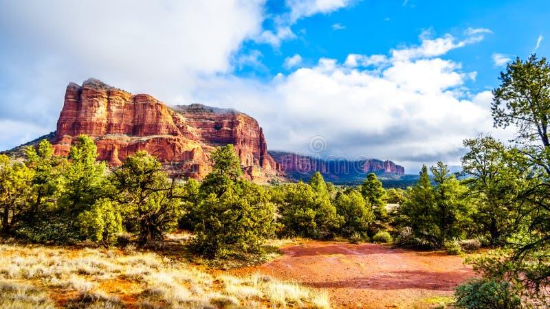 Chmury i niebieskie niebo nad gmach sądu Butte między wioską Oak Creek i miasteczkiem Sedona w północnym Arizona obraz royalty free