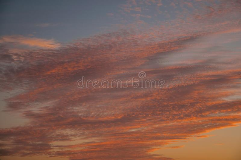 Chmury i niebo przy zmierzchem w gospodarstwie rolnym obrazy stock