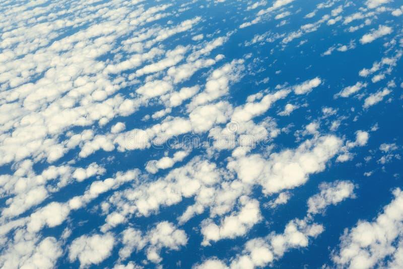 Chmury i niebo widok od samolotowego okno niebieska abstrakcyjna konsystencja kosmos kopii obraz stock