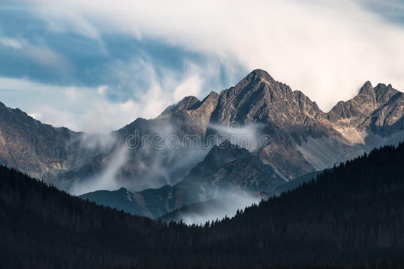 Chmury i szczyty w Tatrzańskich górach obraz royalty free