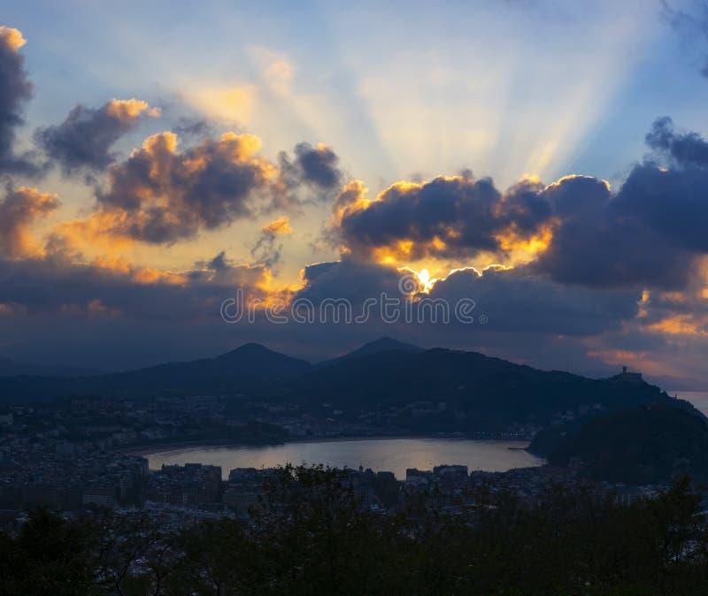 Chmury i zmierzch nad San Sebastian miasta linia horyzontu obraz royalty free