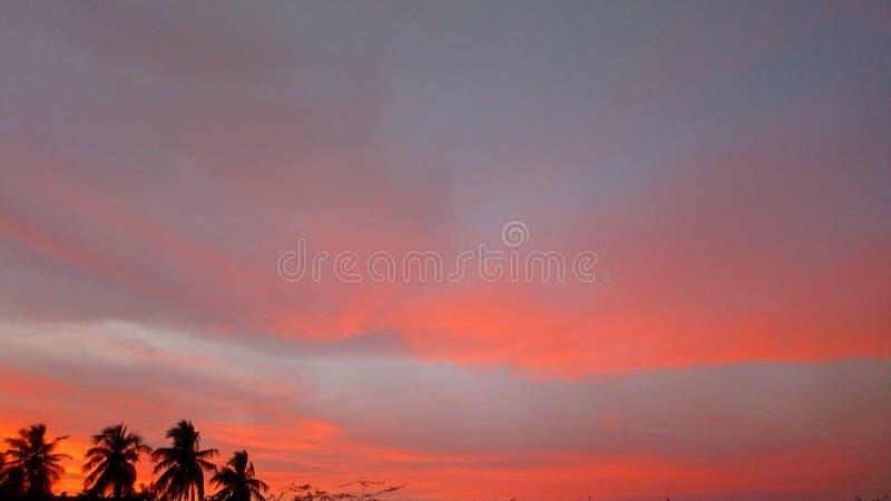 Chmury i zmierzch nasycali niektóre kolory zdjęcie stock