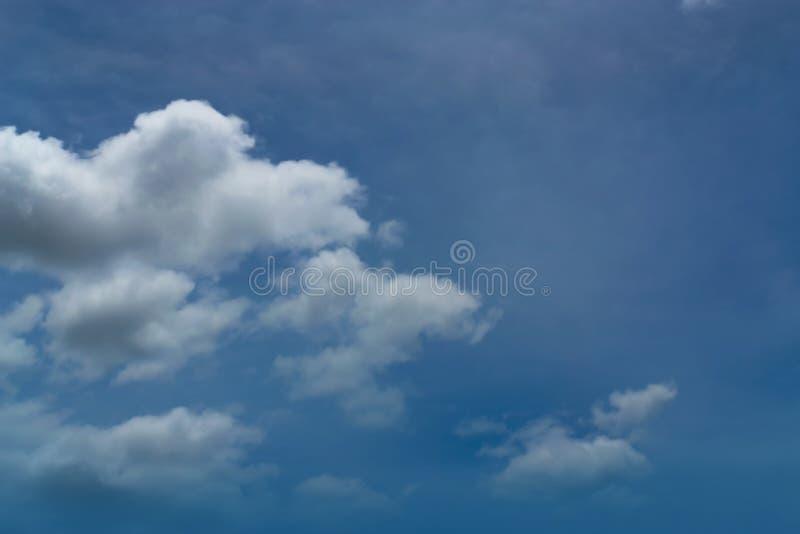 Chmury jasny niebo dla tła fotografia stock