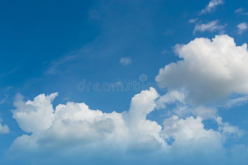 Chmury jasny niebo dla tła zdjęcie stock