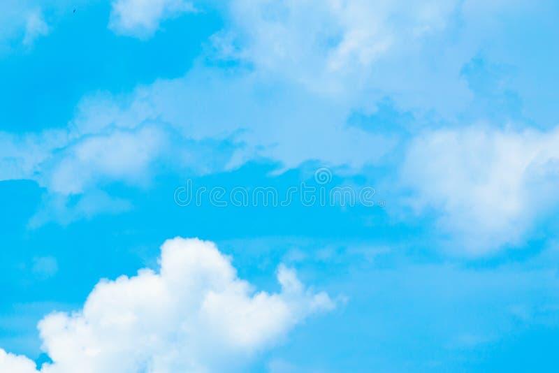 Chmury jasny niebo dla tła obrazy stock