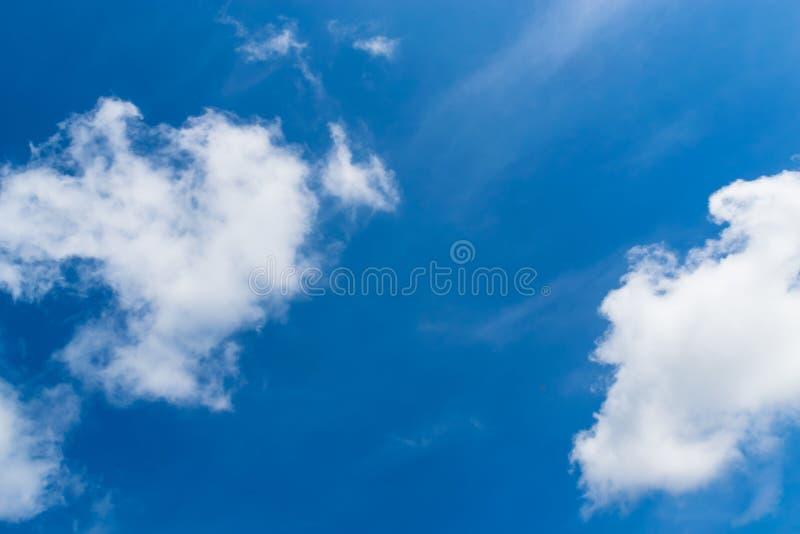 Chmury jasny niebo dla tła zdjęcia royalty free