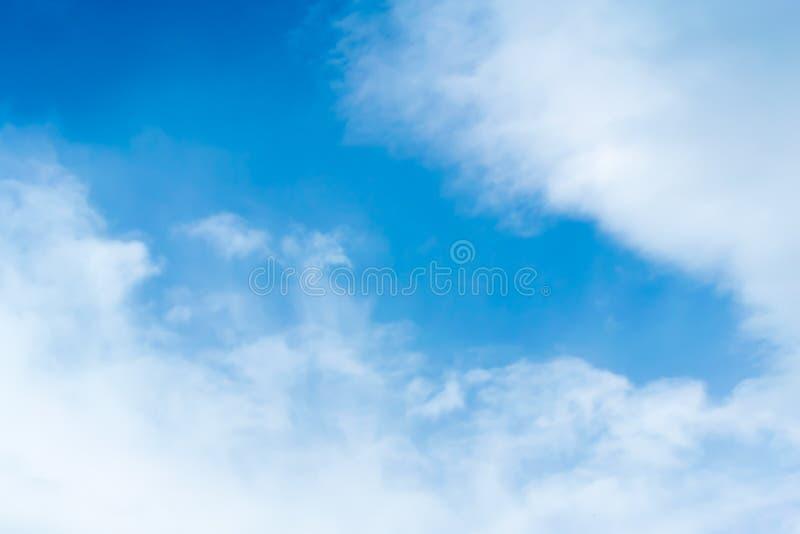Chmury jasny niebo dla tła zdjęcia stock