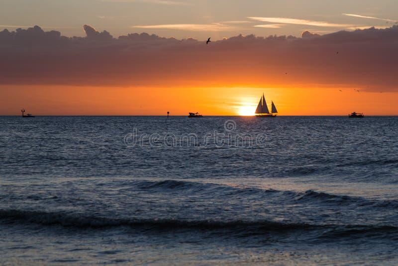 Chmury, morze, łodzie i zmierzch, zdjęcie royalty free