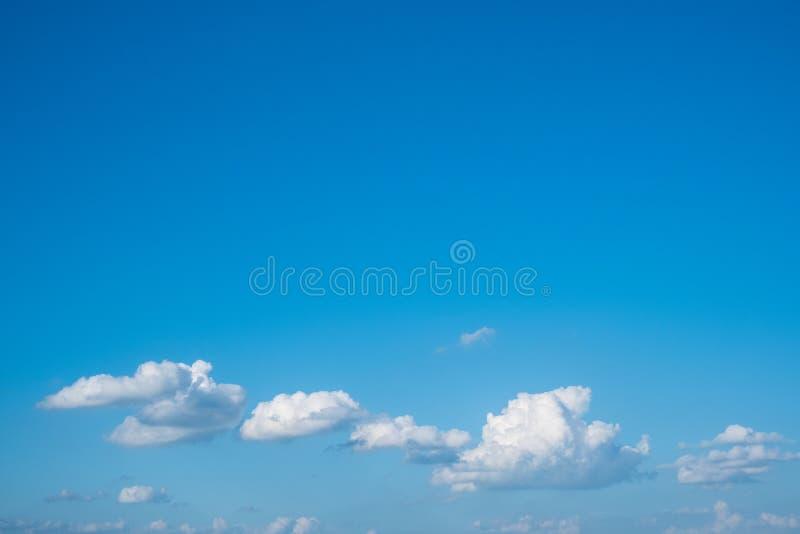 Chmury na niebieskiego nieba tle - niebieskie niebo fotografia stock