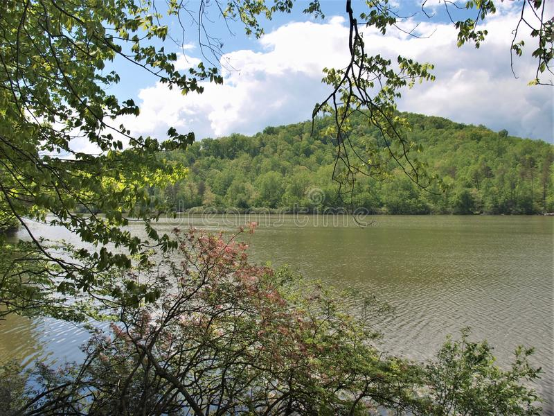 Chmury nad czarodziejki Kamień jeziorem w Virginia fotografia royalty free