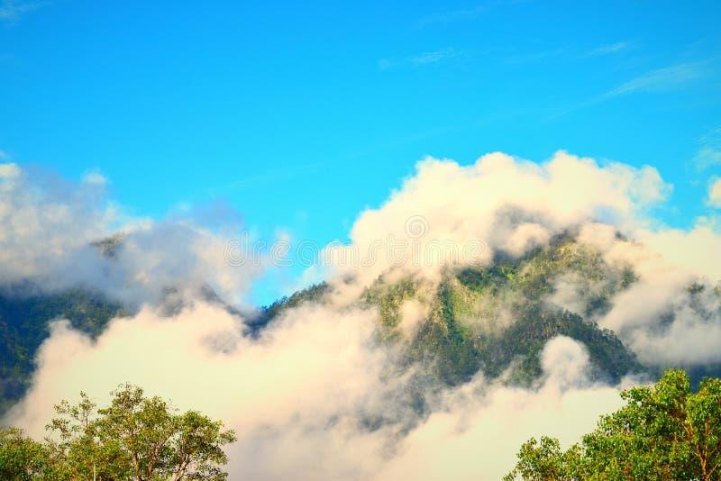 Chmury nad górami w ranku przy Uttarkashi fotografia royalty free