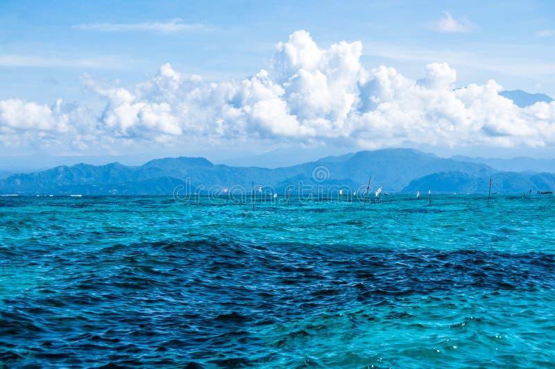 Chmury nad jaskrawym morzem fotografia royalty free