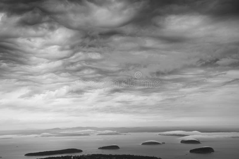 Chmury nad jeżatki wyspą w Maine zdjęcia royalty free
