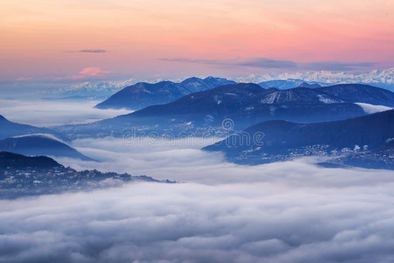 Chmury nad Jeziornym Lugano i szwajcarskimi Alps, Szwajcaria obraz royalty free