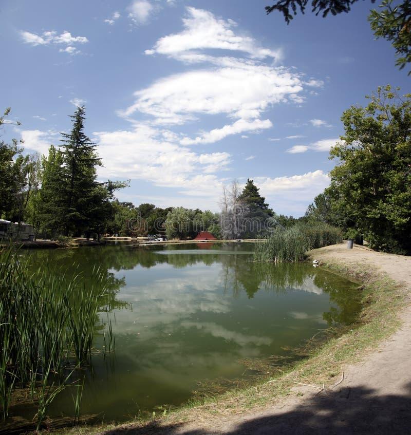 chmury nad jezioro odbijającą wody zdjęcia royalty free
