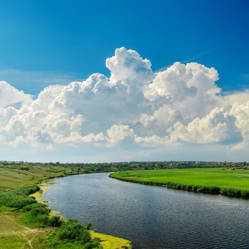 Download Chmury nad rzeką obraz stock. Obraz złożonej z kraj, natura - 28952905