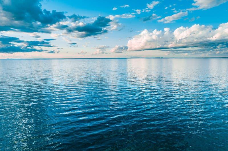 Chmury nad spokój wody powierzchnią obrazy royalty free