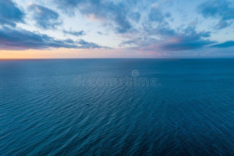 Chmury nad spokój wody powierzchnią zdjęcie stock