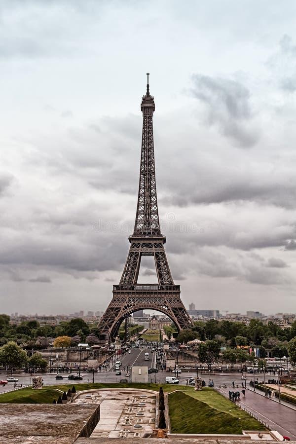 Chmury Nad wieżą eiflą fotografia stock