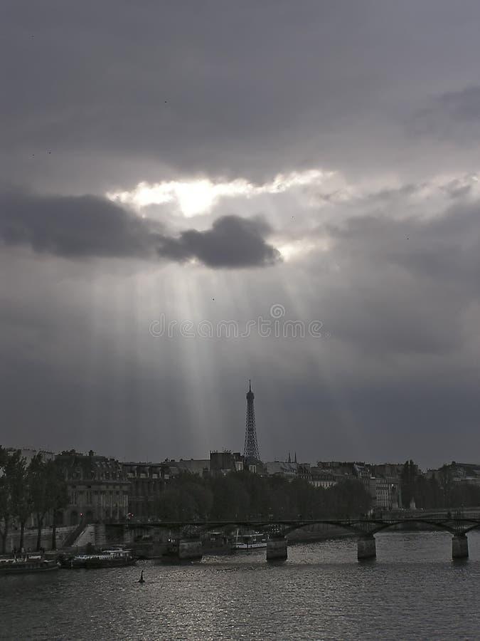 chmury nad wieżę Eiffel obraz stock