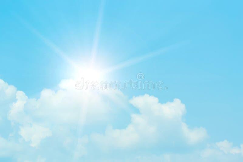 Chmury niebieskie niebo i słońce obrazy royalty free