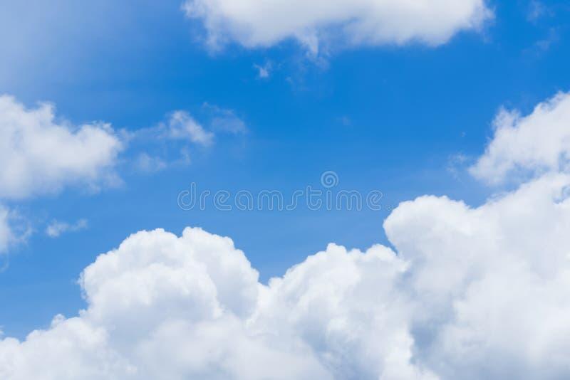 Chmury niebieskie niebo i słońce obraz royalty free