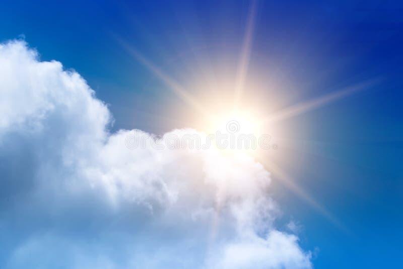 Chmury niebieskie niebo i słońce obraz stock