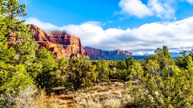 Chmury, niebieskie niebo nad gmach sądu Butte i Lee góra między wioską Oak Creek i Sedona w północnym Arizona zdjęcie stock